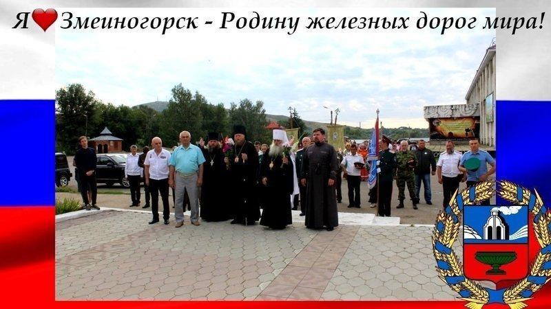 На изображении может находиться: один или несколько человек, люди стоят и на улице, текст «я змеиногорск родину железных дорог мира!»