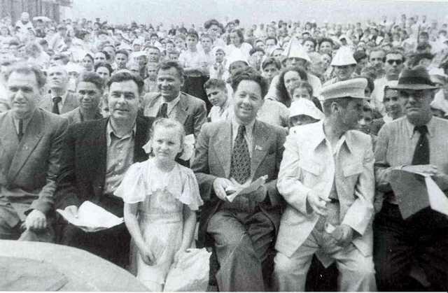 Секретарь ЦК Молдавии Брежнев на празднике в Молдавии (1952 год)