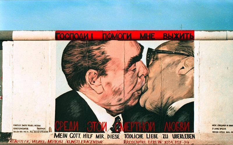 надпись немцев на Берлинской стене, разделявшей намертво единую нацию (1988)