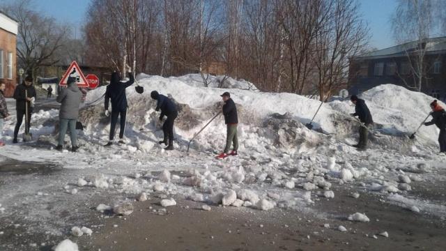Горожане убирают снег в Барнауле